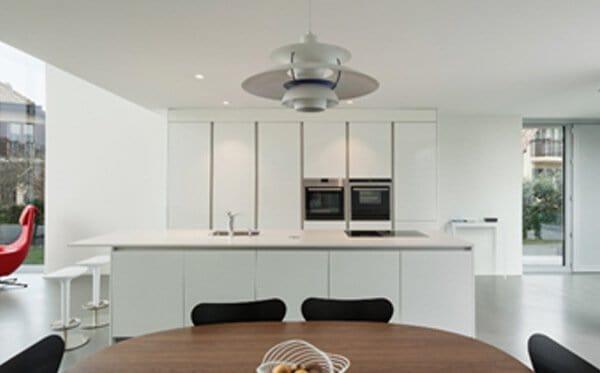Bild einer Küche mit Esszimmertisch im Vordergrund