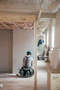 Bild eines Trockenbaumonteurs von AMS Groupe