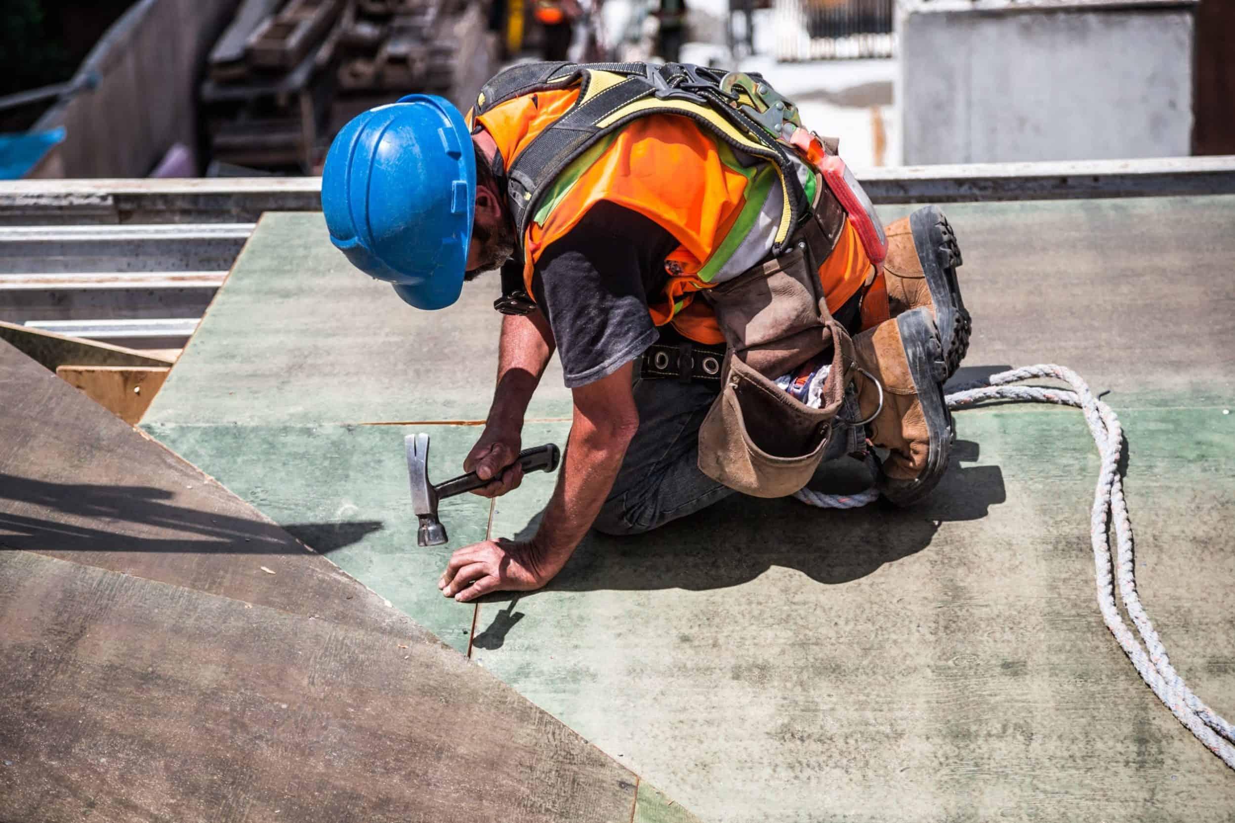 Baufachhandwerker mit blauem Helm am arbeiten