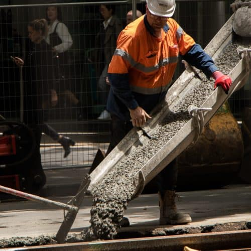 Betongießer in Schutzanzug Betonbauer