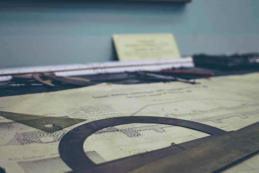 Runscheibenlineal und Bauplan auf einem Tisch