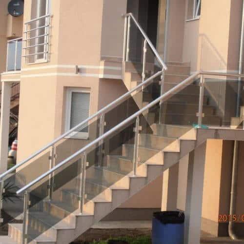 Glaszaun abei einem Haus von Alumont