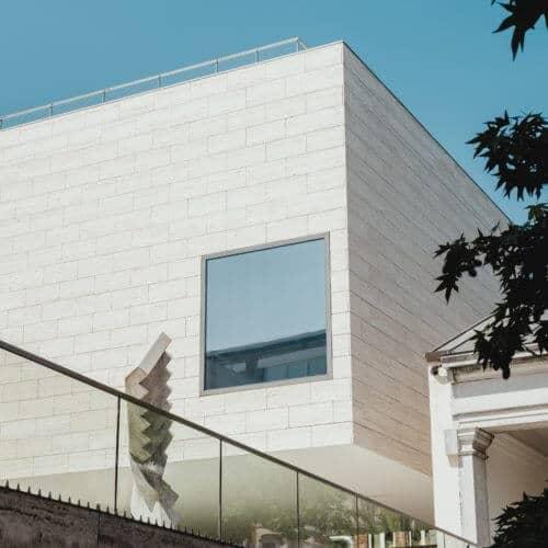 Fassade mit Fenster und und Glaszaun AMS Objektentwicklung