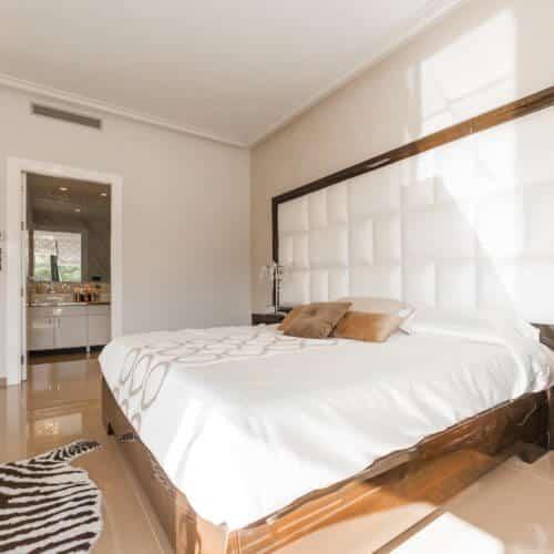 Holzbett mit Weißem Bezug