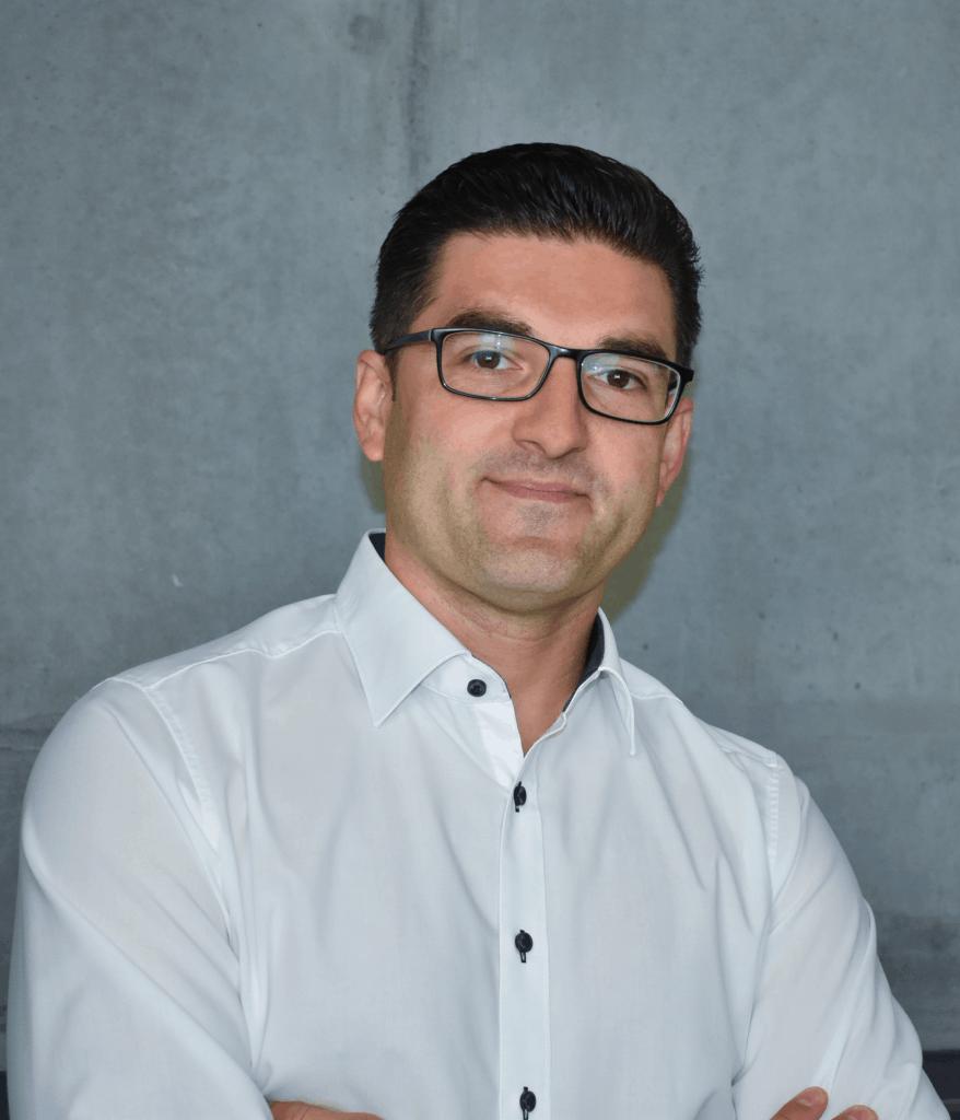 Porträt eines Mannes mit Brille und weißen Hemd