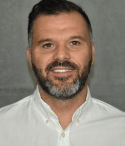 Bild eines lächelndes Mannes in weißem Hemd