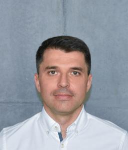Porträt eines jüngeren Mannes mit weißen Hemd