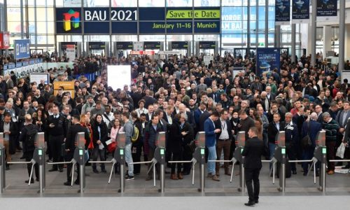 Bild der Münchener Baumesse aus 2019 mit Menschen im Vordergrund